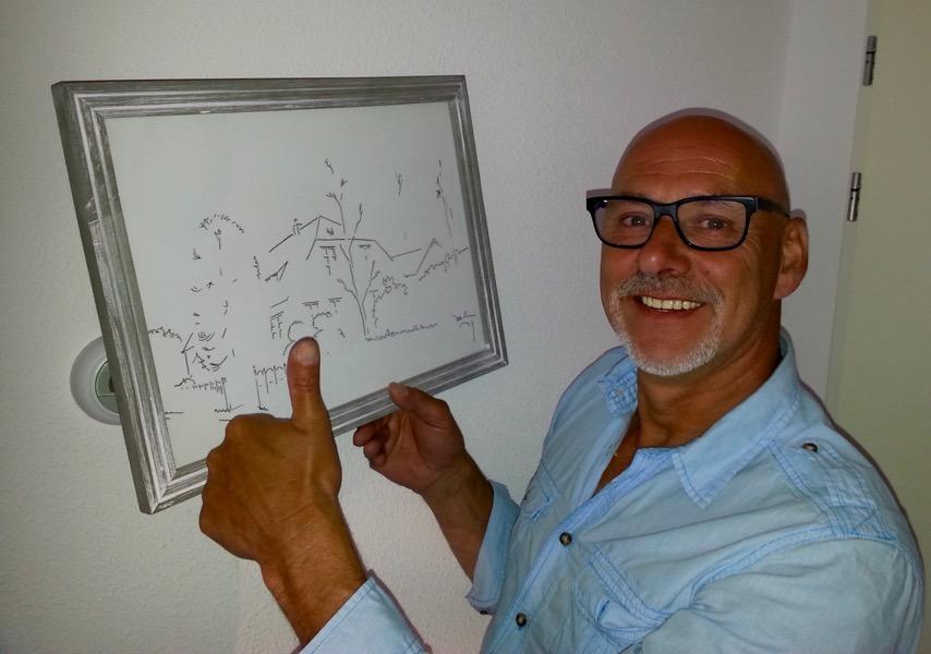 Jan met zijn cadeau - de tekening van zijn boerderij